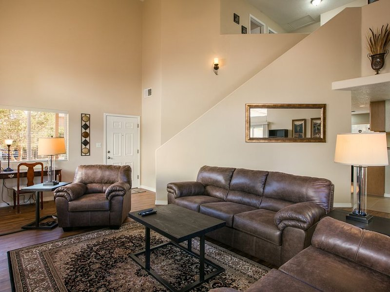 Cozy 4 BR with Hot Tub- Near Casino, Golf, I-25, Restaurants, and Entertainment, holiday rental in Albuquerque