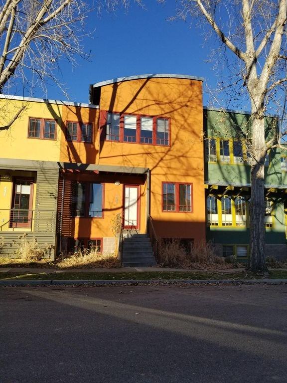 Colorida hilera de casas adosadas