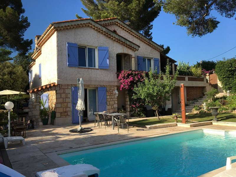 FLAT IN A VILLA CLOSE TO THE CENTER OF CANNES WITH POOL, casa vacanza a Le Cannet