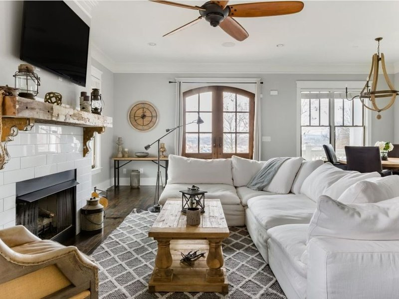 NEW LISTING-Southern Boutique home with huge rooftop-hot tub/firepit, vacation rental in Nashville