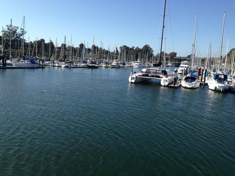Port et marina (en face du nid de corbeau)