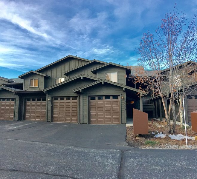 Great location, right off Hwy 80; central to N. Tahoe ski resorts & golf course, holiday rental in Truckee
