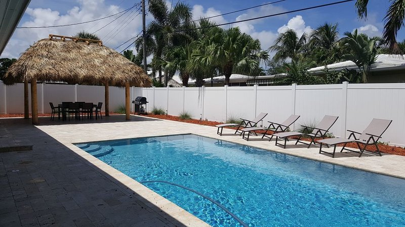 EAST of US 1 - Private House/Pool❤️1 King+2 Double Beds❤️Walk to Beach & Dining, holiday rental in Pompano Beach