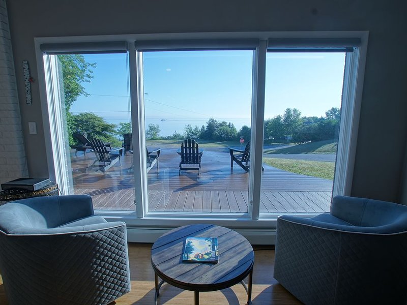 Enjoy cool breezes, take in lake and island views from this updated modern home., alquiler de vacaciones en Mackinac County