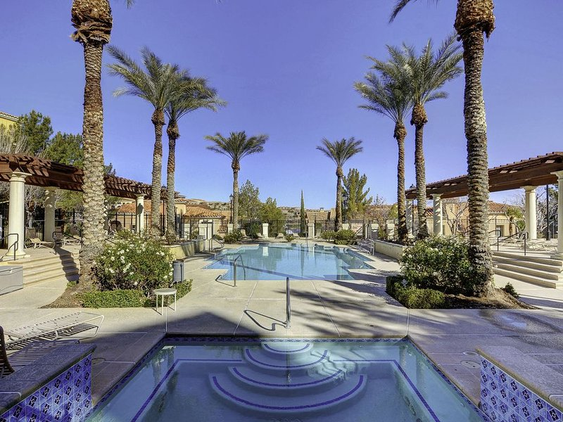Lake Las Vegas Beautiful Poolside 2 bedroom condo. 20 min to The Strip., holiday rental in Henderson