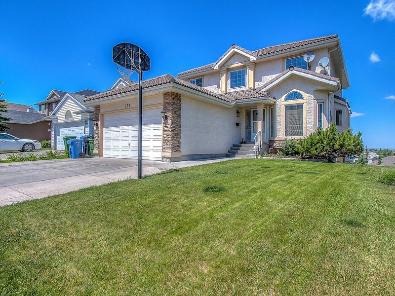 Beautiful Home in Edgemont w/ View & Lg Backyard Space #********, vacation rental in Calgary