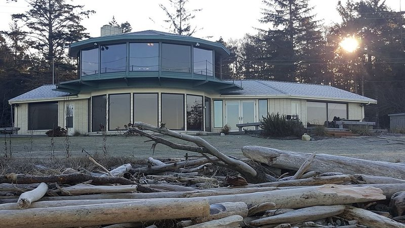 Beautiful No Bank West Beach Waterfront Home, location de vacances à Oak Harbor