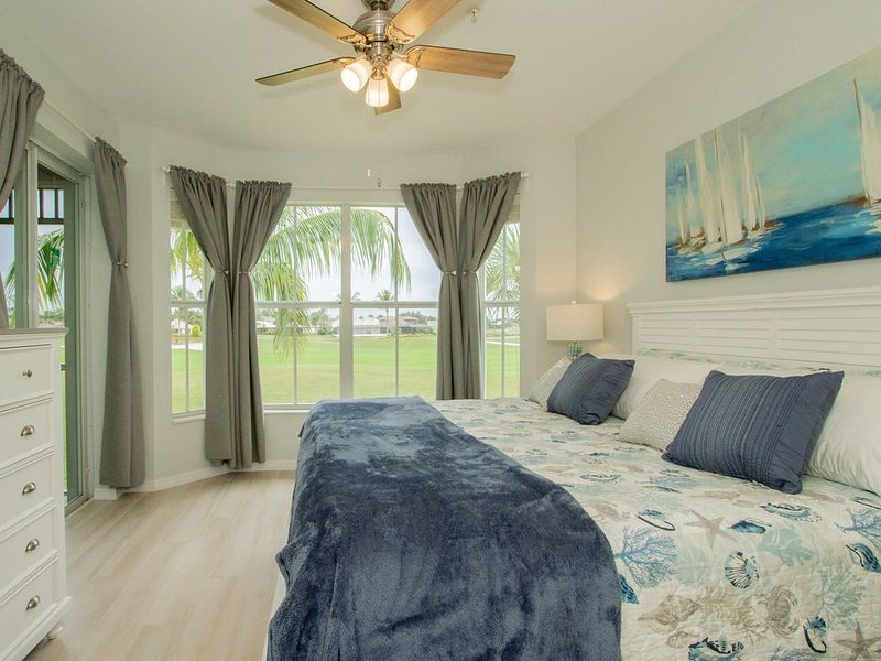 Stylish Upgraded Resort Condo- Great Location-Pool/Tennis/Gym. Free Golf Rounds!, holiday rental in Naples