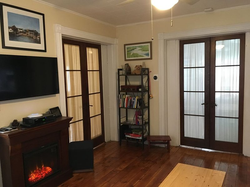 Porch On Front~ Greenport Village 1st floor apartment, Easy Walk To Town/Jitney, casa vacanza a Greenport