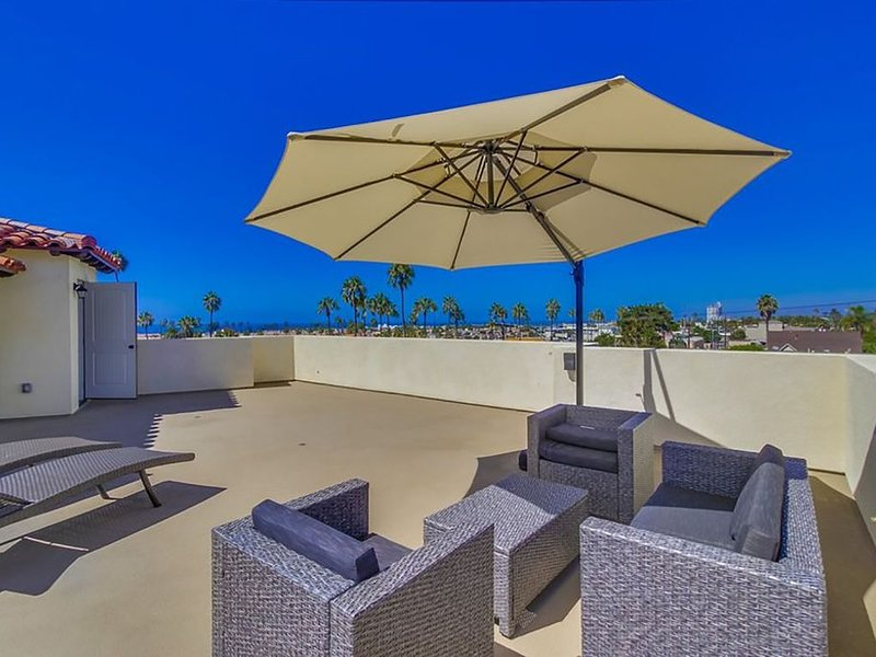Just Blocks To Beach, Spanish Style Brand New Townhome W Panoramic Ocean View, location de vacances à Oceanside