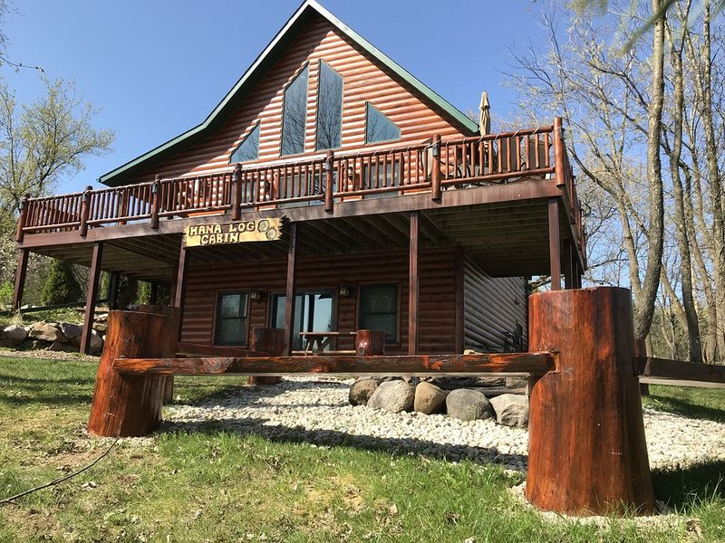 Hana Log Cabin near Devil's Lake, holiday rental in Merrimac