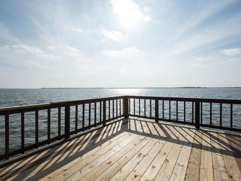 Beautiful 180 Degree View of Cedar Creek Lake with Breathtaking Sunsets, holiday rental in Eustace