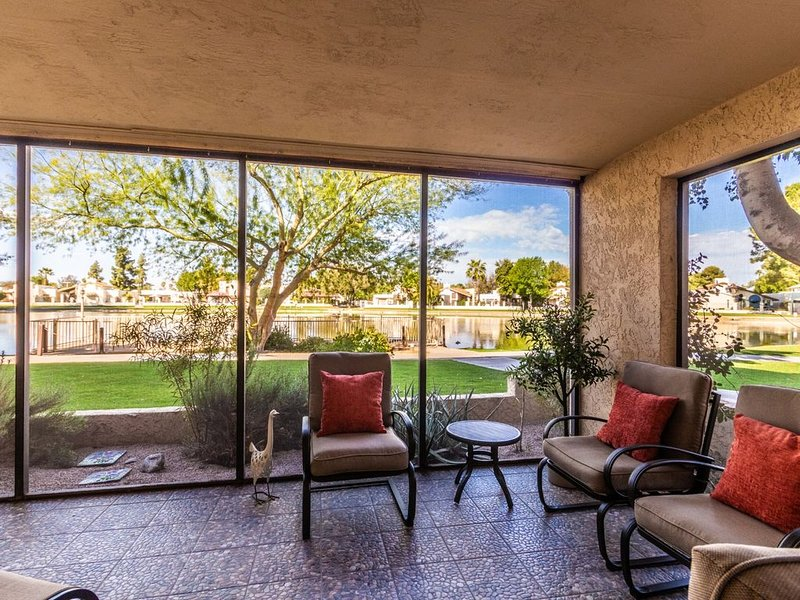TRENDY Sunny Lakefront + 2 KING beds + HEATED pool, alquiler de vacaciones en Phoenix