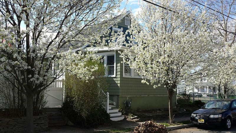 Cozy 2BR - Lake View - Three Blocks to the Beach, holiday rental in Neptune
