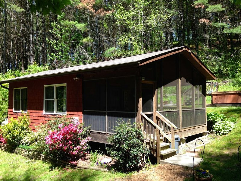 Broadwing Farm Cedar Cabin- Hot Tub with Fresh, Hot Mineral Water - 85 Acre Farm, holiday rental in Hot Springs