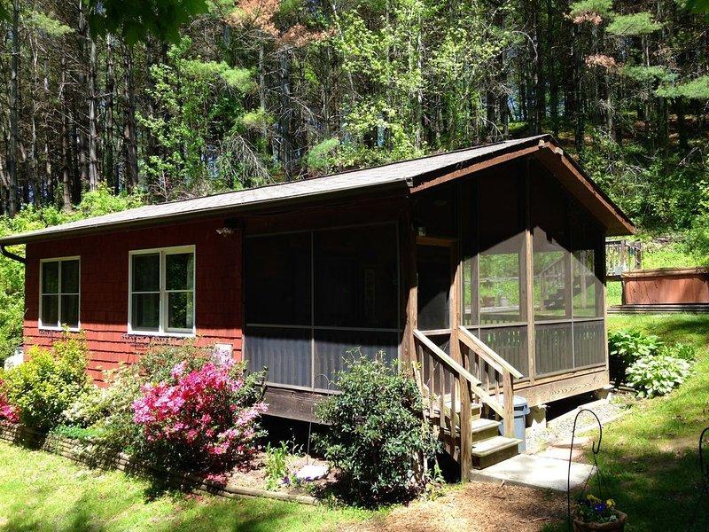 Broadwing Farm Cedar Cabin- Hot Tub with Fresh, Hot Mineral Water - 85 Acre Farm, location de vacances à Hot Springs