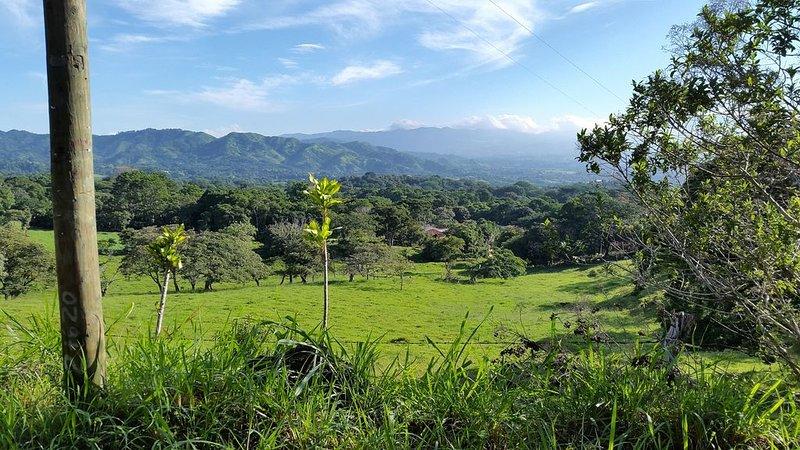 Blick auf die Finca und die Berge neben der Casa Colibri