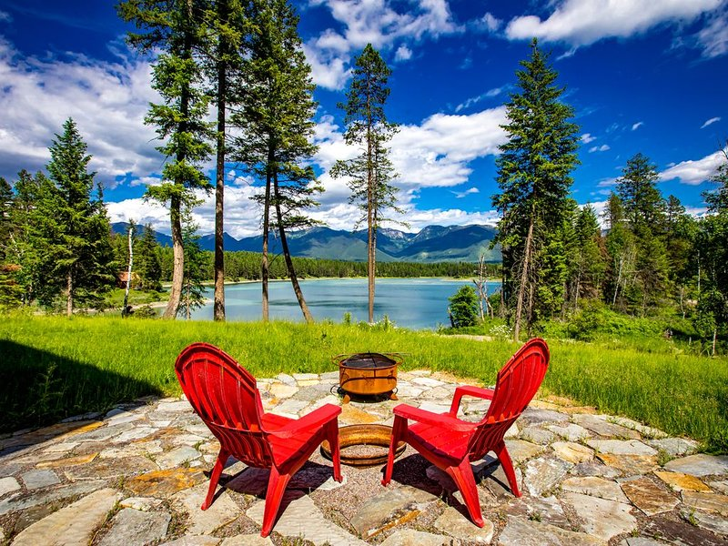New Listing!! Enjoy life on the lake in the gorgeous new Bigfork home! 3BD 2.5BA, casa vacanza a Creston