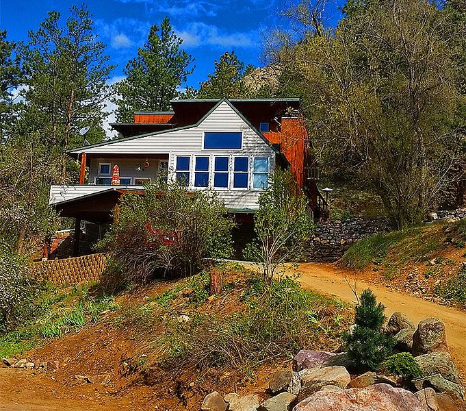 Luxury Creekside Craftsman Home - Alpine Splendor 6 Mins to Pearl, The Hill & CU, holiday rental in Boulder