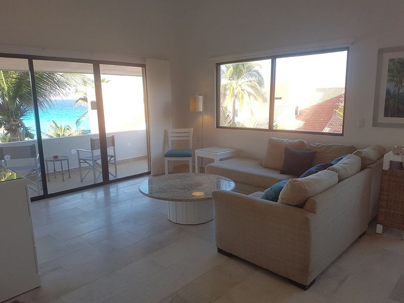 RECENTLY RENOVATED Beach Condo! Pools, Jacuzzi, Gardens, holiday rental in Cancun