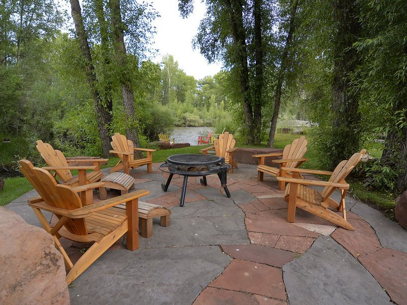3,000 Sq/Ft Home on the River! Quiet & Private 2 Acres! Fire Pit and Game Room!, alquiler de vacaciones en Gunnison