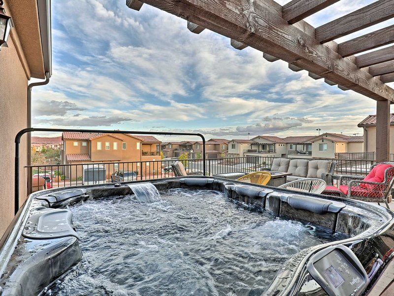 60| Luxurious Vacation Home w/Party Deck & Hot Tub!, vacation rental in Santa Clara