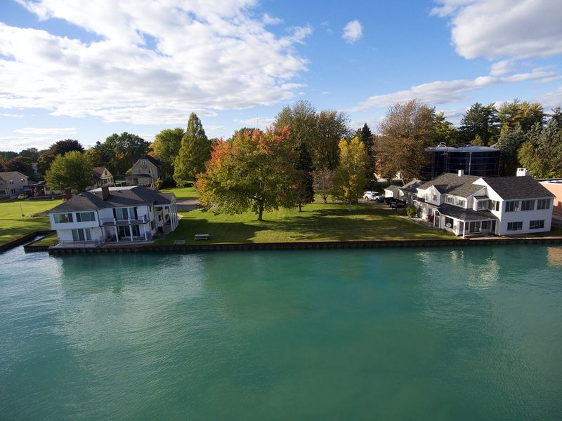 Beautiful Waterfront House overlooking the St. Clair River, location de vacances à Anchorville