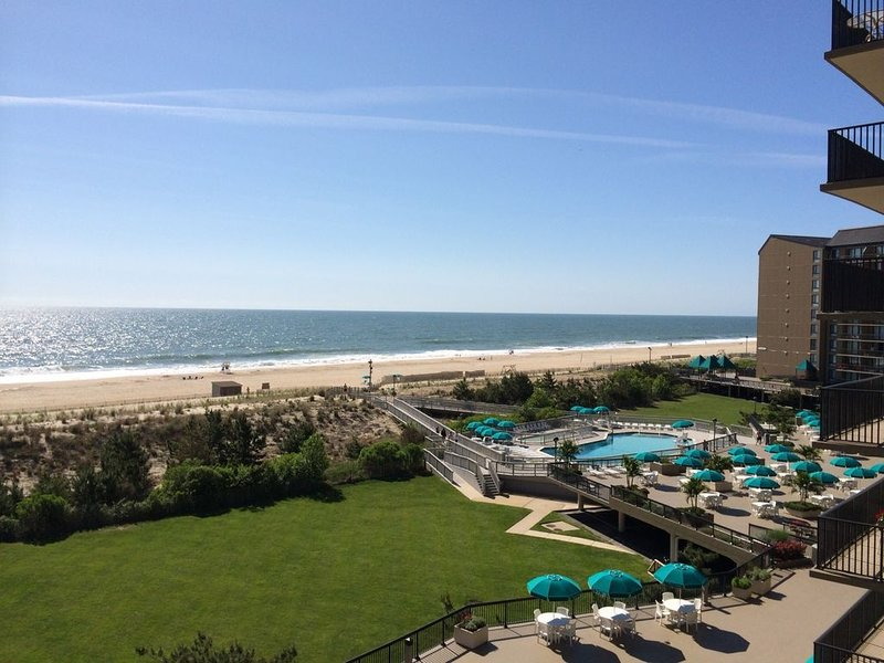 Spectacular Sea Colony Ocean Front Corner Unit, 3Bd/2.5 Ba, Sleeps 12, holiday rental in Bethany Beach
