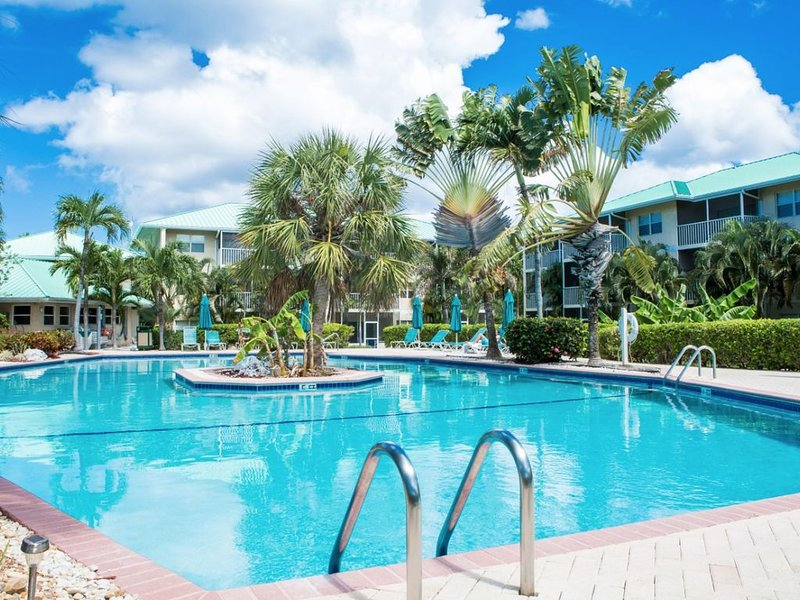 Gorgeous 2 bed 2 bath Condo Heart of Seven Mile Beach, vacation rental in George Town