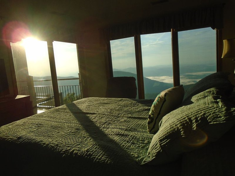 Heavenly view from the top of the Mountain.  Pet Friendly. Come relax!, vacation rental in Wintergreen