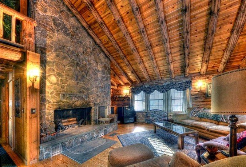 Moosehead Lakefront Log Home, holiday rental in Greenville
