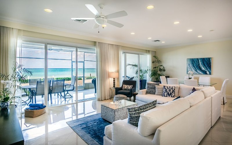 Prime Residence #6 on 7 Mile Beach, High-End Ground Floor Beachfront Condo, vakantiewoning in George Town