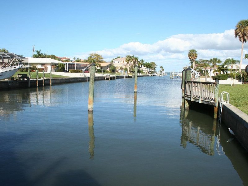 Tranquil waterfront with heated pool, dock and walk to beach, holiday rental in Longboat Key