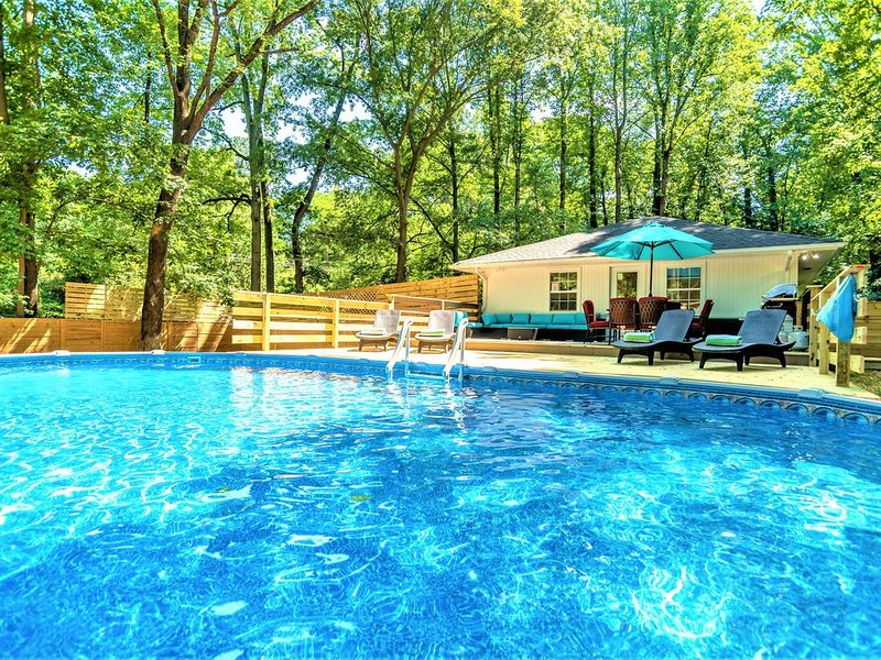 Modern Contemporary 3 bdrm (4 beds) House with HotTub,Pool &BBQ!, holiday rental in Stone Mountain