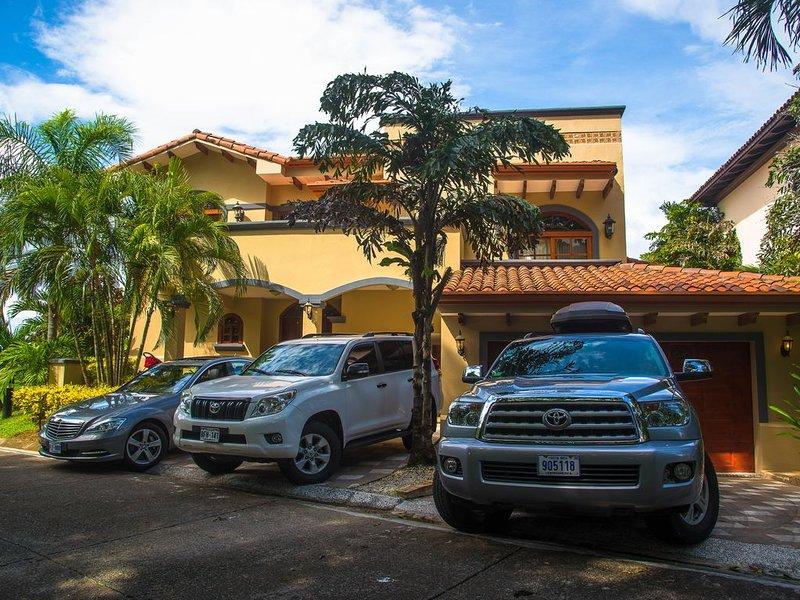 Frente de la casa con automóviles utilizados para el transporte al aeropuerto y servicio de chofer.