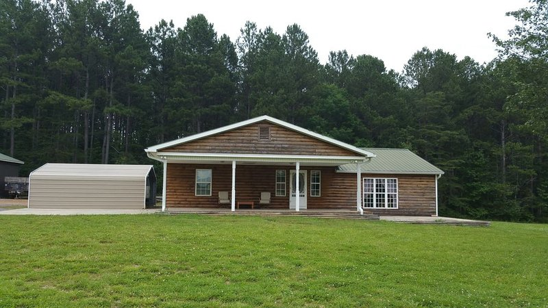 Nana's Cabin- Secluded, Beautiful, on a Stocked Pond!, holiday rental in Ooltewah