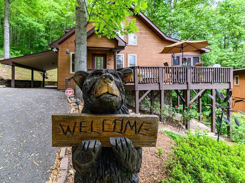 Black Bear Cabin, Beautiful Inside & Out, Nearby Creek, Gated, WIFI, Cable, HBO, vakantiewoning in Maggie Valley