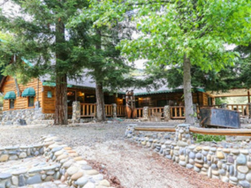 Amazing One of a kind Cabin in the Beautiful Mou!ntains of Yosemite Ntl. Park, holiday rental in Oakhurst