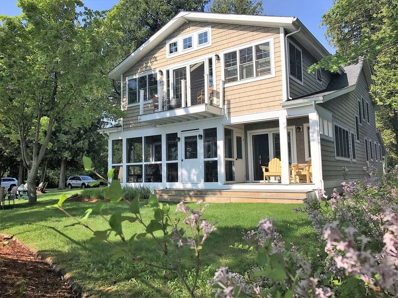 Lake Champlain Great Camp - Rustic Luxury, Sunsets, Lawn, Beach, Amenities!, casa vacanza a Keeseville