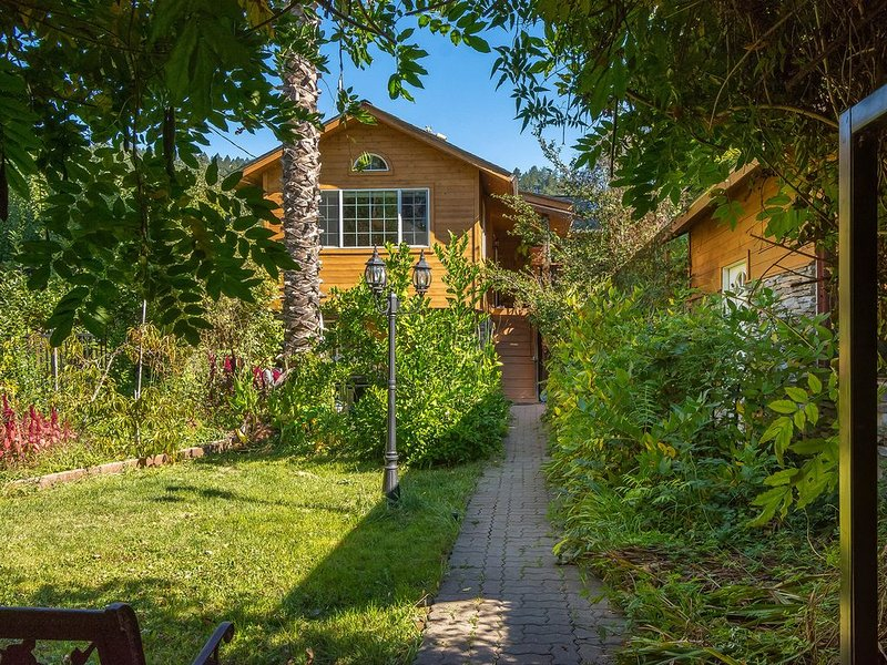 Beautiful custom home in sunny Russian River beachside community; weekly special, location de vacances à Guerneville