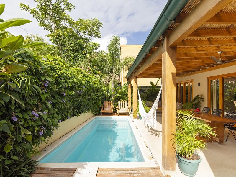 Tropical Boutique Sunrise Villa Walk to the beach, holiday rental in Santa Teresa