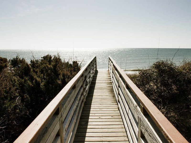 Just steps to the Beach!  Oceanfront with a Beautiful View, alquiler de vacaciones en Emerald Isle