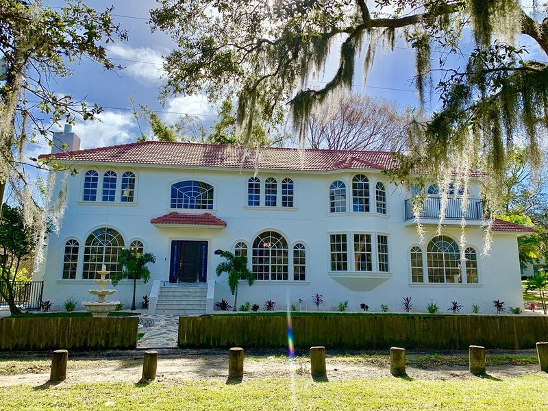** Tampa Riverfront Mansion ** Pool / Hot Tub / Kayaks / Pool Table, vacation rental in Tampa