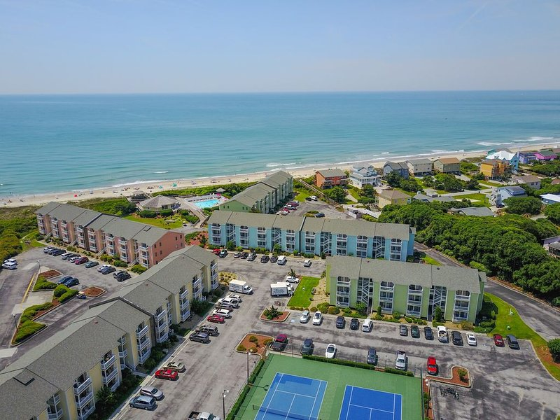 Beautiful Condo Steps Away From White Sandy Beaches and 3 Pools, location de vacances à Île d'Émeraude