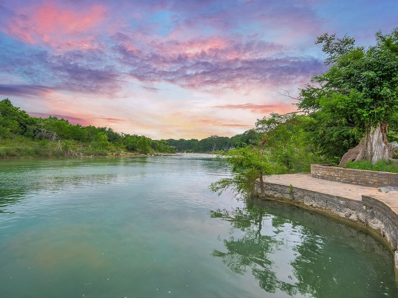 7k sq ft house w/ private access to the deepest stretch of the Blanco River!, holiday rental in Wimberley