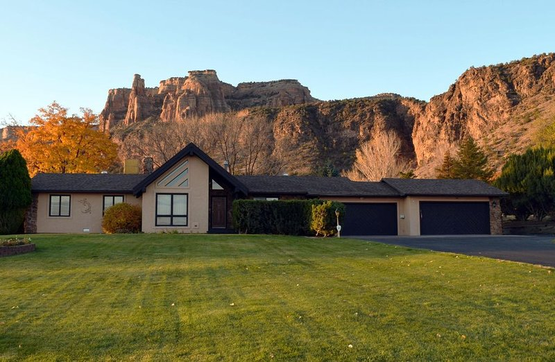 Spacious Home w/ Hot Tub & Incredible Views * the base of the CO Nat'l Monument!, casa vacanza a Grand Junction