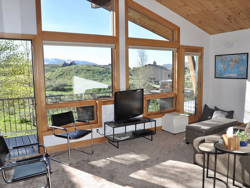Mountains for Miles 1 Bedroom Apartment with Loft, 5 minutes from Downtown, holiday rental in Crested Butte