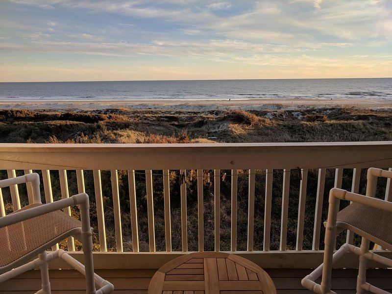 OCEANFRONT TOP FLOOR UNIT at A Place at the Beach, Beautifully Renovated 2019!, holiday rental in Atlantic Beach