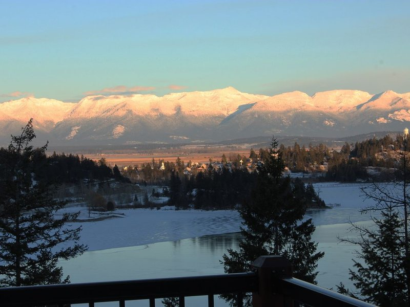 """""""Bella Vista"""" Overlooking Beautiful Flathead Lake with Great Panoramic Views!, location de vacances à Somers"""