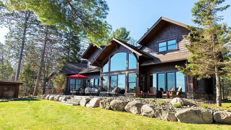 Luxury Getaway On Cross Lake. 152 Ft Lakeshore w/ Dock & Fire Pit. Close To Town, location de vacances à Crosslake